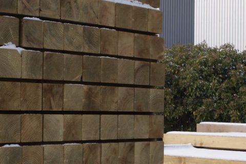 geimpregneerde vierkante palen grenen groen tuin constructie hout