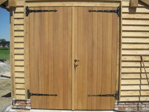 dubbele deur hardhout zwarte smeedijzer scharnieren houten staldeuren kozijnen landelijkes stijl deuren