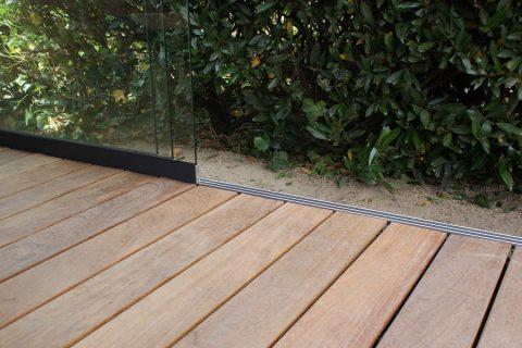 Detail cumaru b fix terras hout afwerking blind plaatsen