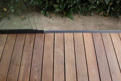 Glazen schuifwand terras hout onderrail plaatsen cumaru