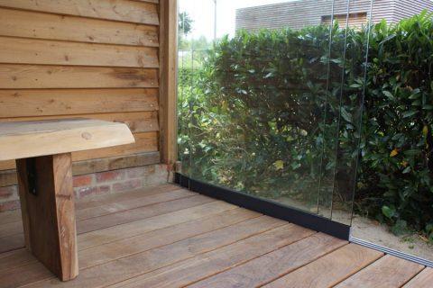 Glazen schuifwand tuinhuis hout bijgebouw afwerking cumaru