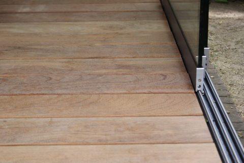 Schuifwand cumaru terras tuinhuis hout glas detail overlap rail